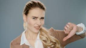 La demostración de la empresaria del trastorno manosea con los dedos abajo en estudio Retrato de la mujer de negocios almacen de metraje de vídeo