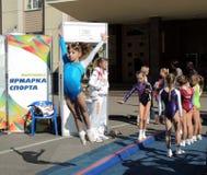 La demostración de la gimnasia se divierte la escuela Fotografía de archivo libre de regalías