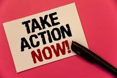 La demostración de la muestra del texto ahora toma llamada de motivación de la acción El comienzo urgente del movimiento de la fo Imagen de archivo libre de regalías
