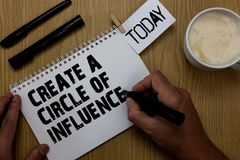 La demostración de la muestra del texto crea un círculo de la influencia La foto conceptual sea líder del influencer motiva a otr imagen de archivo libre de regalías