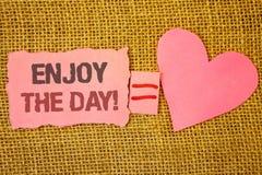 La demostración de la muestra del texto disfruta de la llamada de motivación del día Eq rasgado rosa relajante feliz conceptual d fotos de archivo libres de regalías