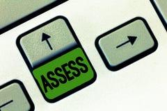 La demostración de la muestra del texto evalúa La foto conceptual evalúa o estima la calidad de la capacidad de la naturaleza del imágenes de archivo libres de regalías