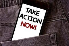 La demostración de la nota de la escritura ahora toma llamada de motivación de la acción La foto del negocio que muestra el comie Imagenes de archivo