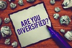 La demostración de la nota de la escritura es usted diversificó la pregunta Foto del negocio que muestra alguien que es diverso m imagenes de archivo