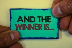 La demostración de la nota de la escritura y el ganador es La anunciación de exhibición de la foto del negocio como primero coloc imagen de archivo libre de regalías