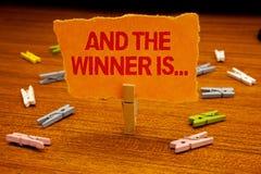 La demostración de la nota de la escritura y el ganador es La anunciación de exhibición de la foto del negocio como primero coloc foto de archivo libre de regalías