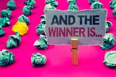 La demostración de la nota de la escritura y el ganador es La anunciación de exhibición de la foto del negocio como primero coloc foto de archivo