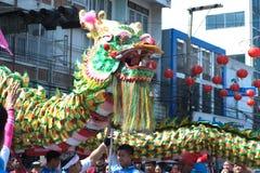 La demostración de oro del baile del dragón en desfile en festival chino del Año Nuevo Fotografía de archivo