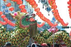 La demostración de oro del baile del dragón en desfile en festival chino del Año Nuevo Foto de archivo libre de regalías