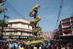 La demostración de oro del baile del dragón en desfile en festival chino del Año Nuevo Imagen de archivo