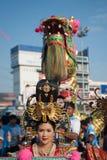 La demostración de oro del dragón en desfile en festival chino del Año Nuevo Fotografía de archivo libre de regalías