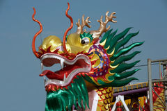 La demostración de oro del dragón en desfile en festival chino del Año Nuevo Foto de archivo libre de regalías