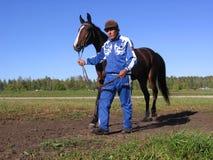 La demostración de la subasta del caballo del hombre del hipódromo de Novosibirsk de los caballos lleva un caballo fotografía de archivo libre de regalías