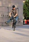 La demostración del jinete engaña en una bici de BMX en la noche del festival de artes Fotografía de archivo libre de regalías