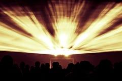 La demostración del laser irradia en colores amarillos del fuego y anaranjados rojos del partido Imagenes de archivo