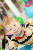 La demostración del niño pequeño manosea con los dedos para arriba imagenes de archivo