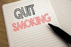 La demostración del texto del aviso de la escritura abandonó el fumar Concepto del negocio para la parada para el cigarrillo escr Fotos de archivo libres de regalías