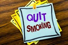 La demostración del texto de la escritura abandonó el fumar Concepto del negocio para la parada para el cigarrillo escrito en el  Imagenes de archivo