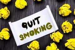 La demostración del texto de la escritura abandonó el fumar Concepto del negocio para la parada para el cigarrillo escrito en la  Imagen de archivo libre de regalías
