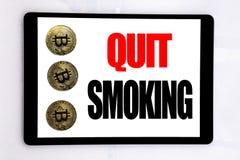La demostración del texto de la escritura abandonó el fumar Concepto del negocio para la parada para el cigarrillo escrito en la  Imagenes de archivo