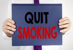 La demostración del texto de la escritura abandonó el fumar Concepto del negocio para la parada para el cigarrillo escrito en la  Imágenes de archivo libres de regalías