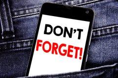 La demostración del texto de la escritura no olvida Concepto del negocio para el teléfono celular móvil escrito mensaje del recor imagenes de archivo