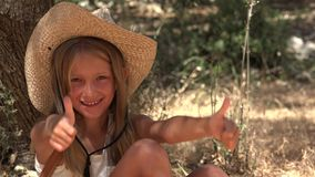 La demostración feliz de la cara del niño manosea con los dedos encima del retrato de risa de la niña que juega 4K al aire libre metrajes