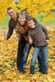 La demostración feliz de la familia manosea con los dedos para arriba Fotografía de archivo