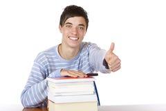 La demostración hermosa sonriente feliz del estudiante masculino manosea con los dedos para arriba Fotografía de archivo libre de regalías