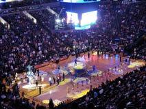 La demostración ligera va encendido durante la introducción de los guerreros del Golden State al juego como Fotos de archivo libres de regalías
