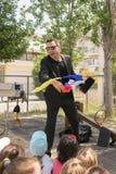 La demostración mágica con Tristan en los niños va de fiesta Fotografía de archivo