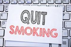 La demostración manuscrita del subtítulo del texto abandonó el fumar Escritura del concepto del negocio para la parada para el ci Imagenes de archivo