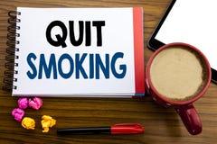 La demostración manuscrita del texto abandonó el fumar Parada de la escritura del concepto del negocio para el cigarrillo escrito Fotos de archivo