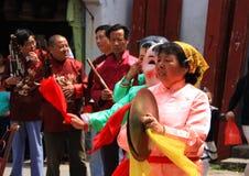 La demostración musical en el pequeño pueblo con un bailarín de la máscara en Suz imágenes de archivo libres de regalías