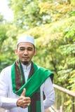 La demostración musulmán sonriente del hombre manosea con los dedos para arriba Foto de archivo libre de regalías