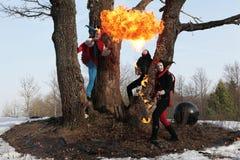 La demostración retra del fire-eater fuego-muestra en bosque Imágenes de archivo libres de regalías