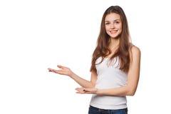 La demostración sonriente de la mujer abre la palma de la mano con el espacio de la copia para el producto o el texto Foto de archivo libre de regalías