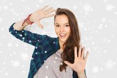 La demostración sonriente del adolescente entrega nieve Fotos de archivo