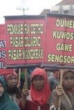 La demostración tradicional Soekarno Sukoharjo de la conducta de los vendedores del mercado de las mujeres Foto de archivo libre de regalías
