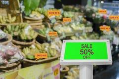 La demostración verde de la maqueta de la pantalla de Digitaces descontó ofertas promocionales, en supermercados de grandes almac imagen de archivo