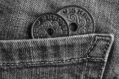 La denominación de las monedas de Dinamarca es corona de 5 y 2 coronas en el bolsillo de vaqueros llevados viejos del dril de alg imagen de archivo libre de regalías