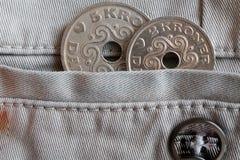 La denominación de las monedas de Dinamarca es la corona 5 y 2 (corona) en el bolsillo de vaqueros beige del dril de algodón con  Imágenes de archivo libres de regalías