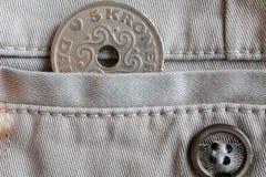 La denominación de la moneda de Dinamarca es la corona 5 (corona) en el bolsillo de vaqueros beige del dril de algodón con el bot Imagen de archivo libre de regalías