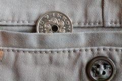 La denominación de la moneda de Dinamarca es una corona (corona) en el bolsillo de vaqueros beige del dril de algodón con el botó Foto de archivo libre de regalías
