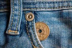 La denominazione della moneta della Danimarca è una corona della corona scandinava nella tasca dei jeans blu-chiaro consumati del fotografia stock libera da diritti