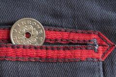 La denominazione della moneta della Danimarca è una corona della corona scandinava nella tasca dei jeans blu consumati del denim  fotografia stock libera da diritti