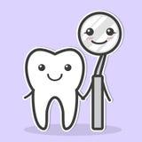 La dent et le miroir dentaire sont des amis Image libre de droits