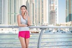 La deportista habla en su teléfono celular durante una rotura en el entrenamiento Fotografía de archivo