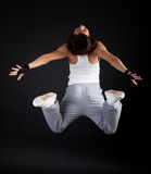 La deportista que salta durante su entrenamiento imagen de archivo