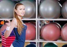 La deportista se resuelve con el palillo gimnástico Imagen de archivo libre de regalías